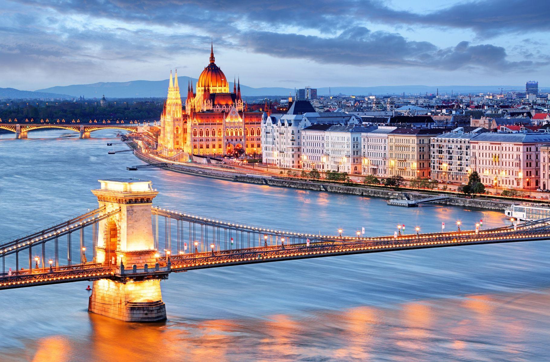 Budapest con su famoso puente y el parlamento de fondo, Hungría