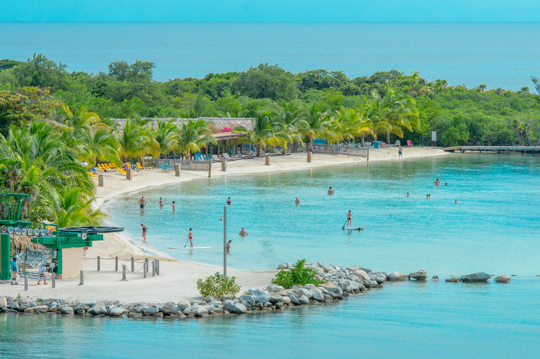 Exuberante, follaje tropical en la playa en la isla de Roatan, Honduras